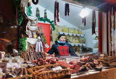 Lettische Frau, die traditionelle Waren am Riga-Weihnachten MA verkauft Lizenzfreie Stockfotografie