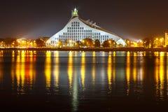 Lettische Nationalbibliothek nachts, Riga, Lettland Stockbilder