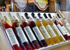Lettischer Wein und Alkohol angezeigt am Riga-Weihnachtsmarkt Stockfoto