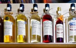 Lettischer Wein und Alkohol auf Anzeige am Riga-Weihnachtsmarkt Stockfotos