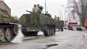 Lettisches nationales Militär der bewaffneten Kräfte transportiert stock video
