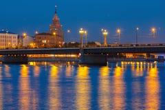 Lettisk akademi av vetenskaper på natten, Riga royaltyfri foto