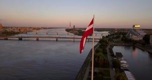 Lettisk flagga framme av Riga, Lettland arkivfilmer