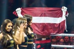 Lettisk flagga på Mairis Briedis händer efter den bocing kampen Royaltyfria Foton