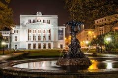Lettisk nationell operahus på natten Arkivbild