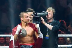 Lettisk yrkesmässig kamp för boxareMairis Briedis atfer Royaltyfri Foto