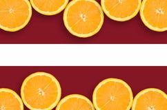 Lettland flagga i citrusfruktskivahorisontalram royaltyfri fotografi