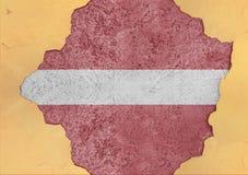 Lettland flaggaabstrakt begrepp i betong för agg för fasadstruktur stor skadad arkivbild