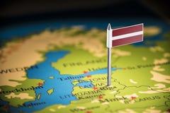 Lettland markierte mit einer Flagge auf der Karte stockbild