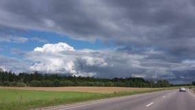lettland Straße von Talsi nach Riga Bewölkter sonniger Sommer Lizenzfreies Stockbild