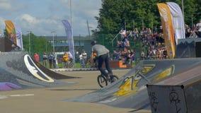 LETTLAND VENTSPILS, JULI 29, 2017: Skateboarding- och sportbicycleShow Gettolekar är störst i baltisk landssport lager videofilmer