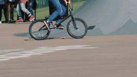 LETTLAND VENTSPILS, JULI 29, 2017: Skateboarding show Gettolekar är störst i baltisk landssportfestival lager videofilmer