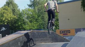 LETTLAND VENTSPILS, JULI 29, 2017: Skateboarding show Gettolekar är störst i baltisk landssportfestival stock video