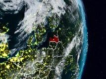 Lettland vom Raum nachts lizenzfreie stockfotos