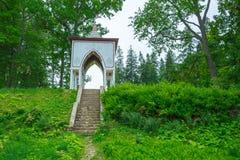Lettlands, hölzernen und Grünen Gras der Stadt Aluksne, Altbau Stockbilder