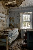 Letto abbandonato in camera da letto - scuola abbandonata dell'azienda agricola di Sleighton - la Pensilvania fotografia stock