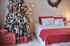Letto accanto all'albero di Natale Fotografia Stock Libera da Diritti