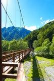 Letto asciutto del ponte di Shinmura Bashi del lato di Kamikochi Fotografia Stock Libera da Diritti