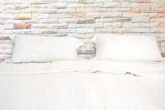 Letto bianco con 2 cuscini nella sala fotografie stock