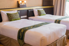 Letto bianco croccante nella camera di albergo Fotografie Stock