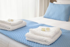 Letto con gli asciugamani freschi Fotografia Stock Libera da Diritti