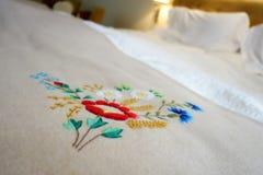 Letto con il copriletto handicrafted Fotografia Stock Libera da Diritti