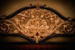 Letto con l'ornamento dorato Fotografie Stock