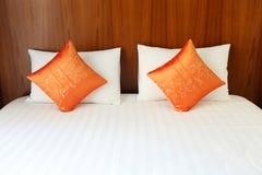 Letto, cuscini nella stanza della località di soggiorno fotografia stock