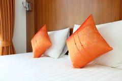 Letto, cuscini nella stanza della località di soggiorno immagine stock libera da diritti