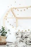 Letto decorato con le stelle fotografie stock