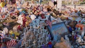 Letto dei fiori come memoriale dopo l'attacco di terrore a Las Vegas - U.S.A. 2017 stock footage