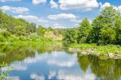 Letto del fiume Teteriv in canyon di pietra fra le rocce, i massi, gli alberi e la vegetazione sulla banca contro il contesto del Fotografie Stock Libere da Diritti