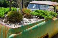 Letto del giardino sul vecchio camion d'annata per la decorazione del parco di progettazione immagini stock