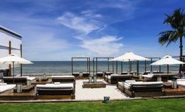 Letto della chaise-lounge, sulla spiaggia Fotografia Stock Libera da Diritti