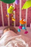 Letto di bambino con il giocattolo mobile sopra  fotografia stock
