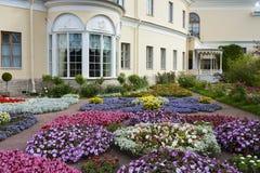 Letto di fiore vicino al grande palazzo di Pavlovsk Fotografia Stock