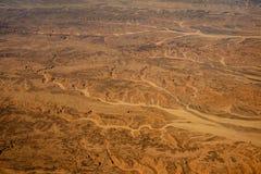 Letto di fiume asciutto nel deserto fotografie stock