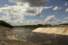 Letto di fiume variabile per la diga di costruzione Fotografie Stock Libere da Diritti