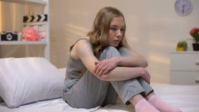 Letto di seduta femminile triste solo, giovani insicurezze di et?, problema di pensiero, rammarico archivi video