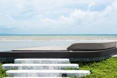 Letto di sofà all'aperto con la vista del mare Fotografie Stock