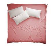 Letto matrimoniale moderno classico scandinavo con i cuscini, la vista superiore, isolati su interior design bianco e rosa bianco immagini stock