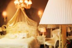 Letto piacevole in un numero dell'hotel Fotografia Stock