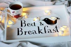 Letto & prima colazione, tazza di tè fotografia stock libera da diritti