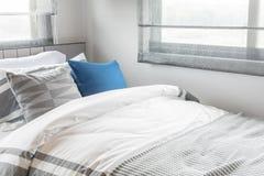 letto singolo moderno con l'insieme dei cuscini in camera da letto moderna Fotografie Stock