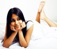 A letto sorridere abbastanza castana Immagini Stock
