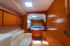Letto in una decorazione di lusso del crogiolo di yacht immagini stock libere da diritti