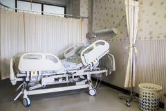 Letto vuoto nella stanza di ospedale fotografia stock libera da diritti