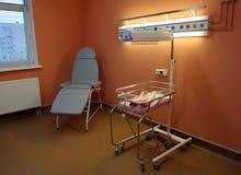 Letto vuoto sul reparto di ospedale dei neonati Fotografie Stock Libere da Diritti