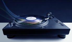 Lettore che gioca musica del vinile con le linee astratte colourful Fotografia Stock
