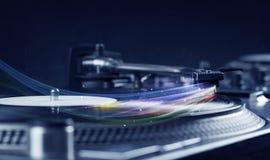 Lettore che gioca musica del vinile con le linee astratte colourful Immagine Stock